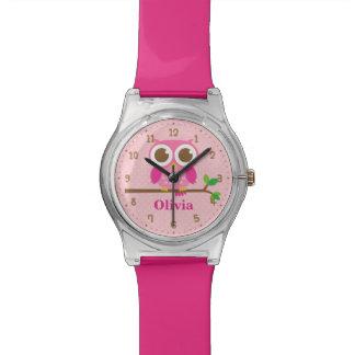 Búho rosado lindo en el reloj del nombre de los