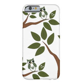 Búho verde del amor en árbol funda para iPhone 6 barely there