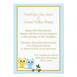 Búhos del dibujo animado que casan la invitación