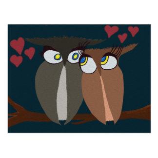 Búhos enamorados de abrazo tarjeta postal