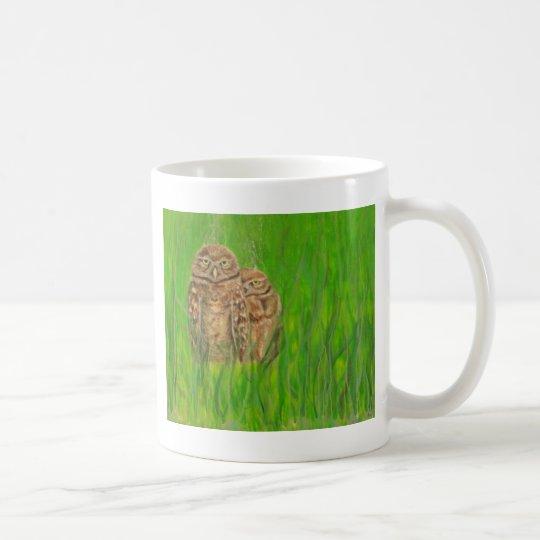 Búhos pintados a mano con una actitud taza de café