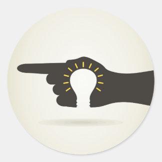 Bulbo en una mano pegatina redonda