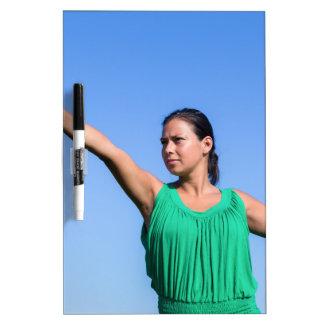 Bumerán que lanza de la mujer holandesa en cielo pizarra blanca