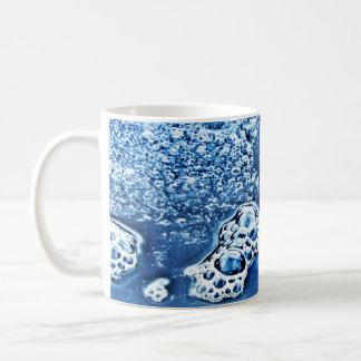 Burbujas azules hielo y taza abstracta del agua