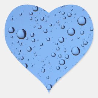 Burbujas del agua azul pegatina en forma de corazón