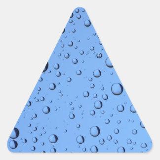Burbujas del agua azul pegatina triangular