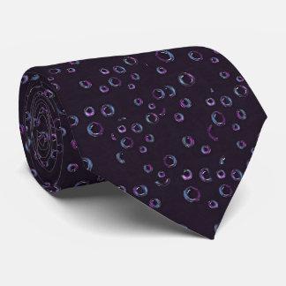 Burbujas en el fondo negro, lápiz del color corbata