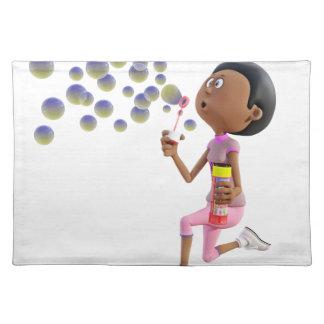 Burbujas que soplan del chica afroamericano del salvamanteles