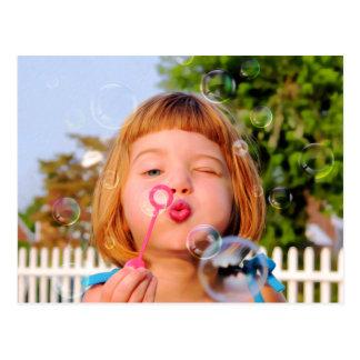 Burbujas que soplan del chica postal