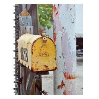 Buzón amarillo rústico cuaderno