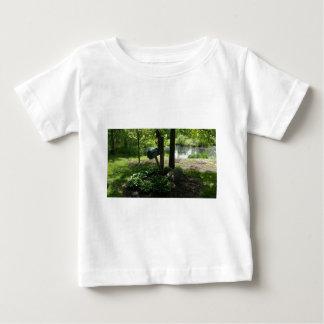 Buzón por la charca camiseta de bebé