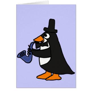 CA pingüino en un smoking que juega la tarjeta del