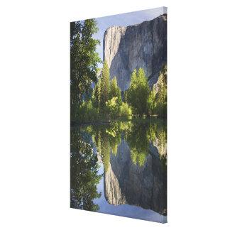 CA, Yosemite NP, EL Capitan reflejó en Merced Impresion En Lona