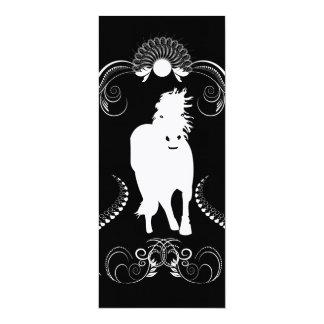 Caballo blanco con los elementos florales invitación 10,1 x 23,5 cm