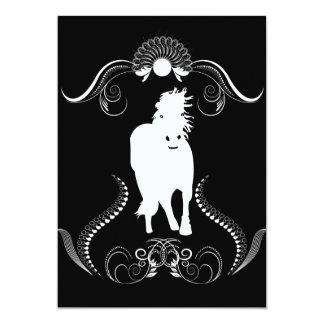 Caballo blanco con los elementos florales invitación 12,7 x 17,8 cm