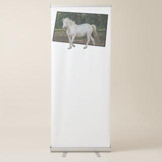 caballo blanco en la granja pancarta retráctil