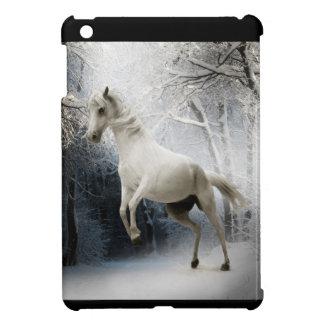 Caballo blanco en mini caso del iPad del invierno