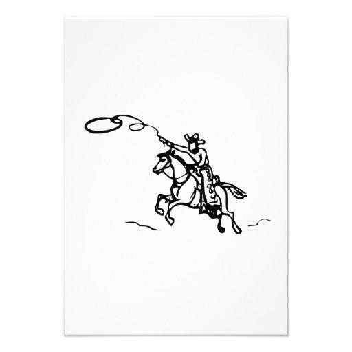Caballo de montar a caballo del vaquero con el laz comunicados