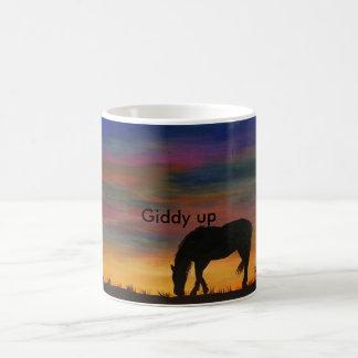 Caballo en la taza de café de la salida del sol