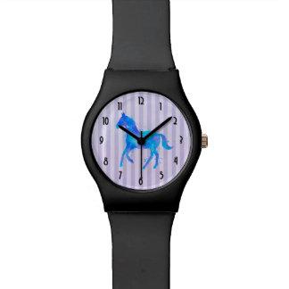 Caballo salvaje en acuarela azul y púrpura reloj de pulsera