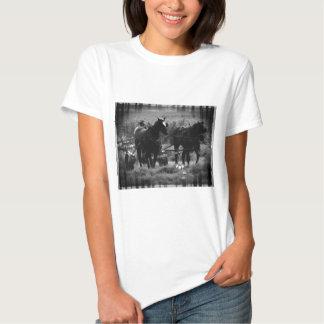 Caballos de Amish en el funcionamiento del campo Camiseta