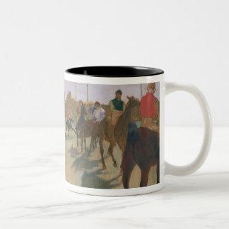 Caballos de raza de Edgar Degas el | delante de Taza De Café De Dos Colores