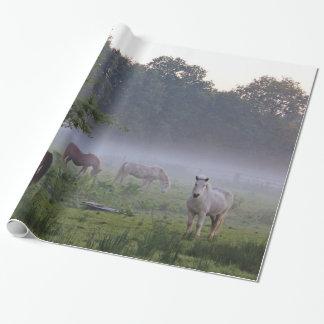 Caballos en el papel de embalaje del campo de la papel de regalo