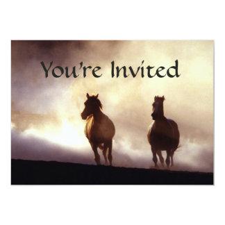 Caballos en la invitación de la colina
