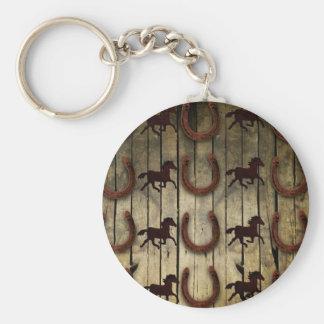Caballos y herraduras en los regalos de madera del llavero redondo tipo chapa