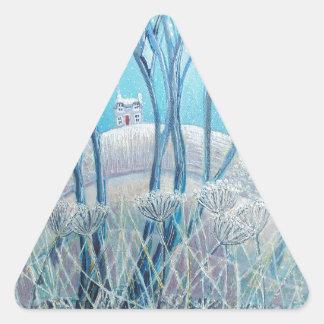 Cabaña del arbolado del invierno pegatina triangular