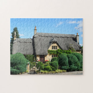 Cabaña del tejado cubierto con paja en saltar puzzle