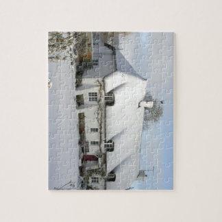 Cabaña inglesa cubierta con paja en nieve puzzle