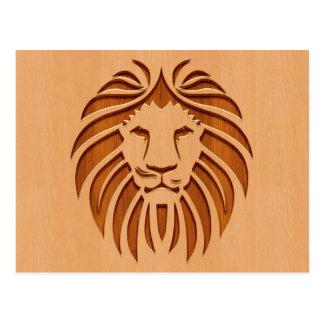 Cabeza del león grabada en el diseño de madera postal