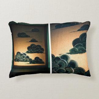 Cabeza en la almohada del acento de las nubes