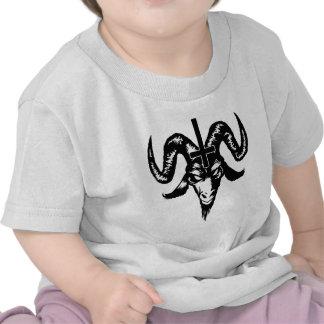 Cabeza satánica de la cabra con la cruz negro camisetas