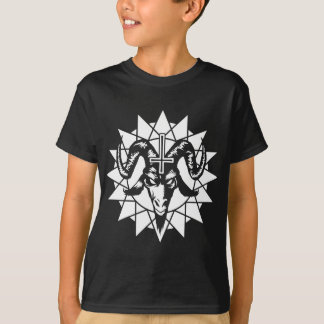Cabeza satánica de la cabra con la estrella del camiseta