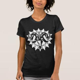 Cabeza satánica de la cabra con la estrella del camisetas