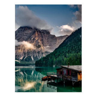 Cabina italiana de la montaña de la orilla del postal