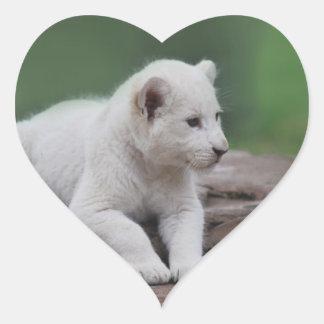 Cachorro de león blanco del bebé 2 pegatina en forma de corazón