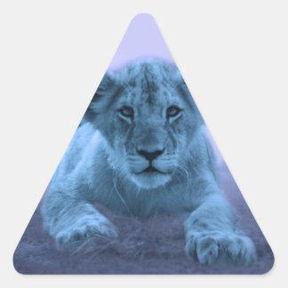 Cachorro de león lindo del bebé pegatina triangular