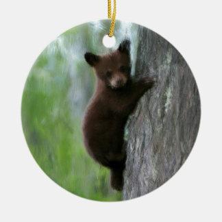 Cachorro de oso en árbol adorno navideño redondo de cerámica