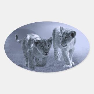 Cachorros de león del bebé en el juego pegatina ovalada