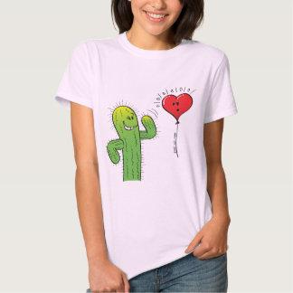 Cactus que liga con un globo del corazón camiseta