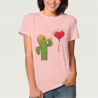 Cactus que liga con un globo del corazón camisetas