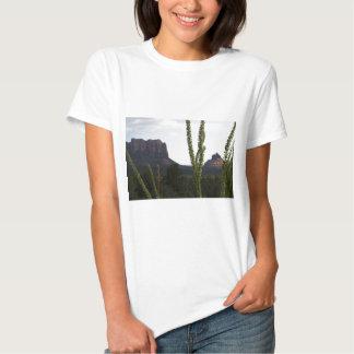 cactus sobre la roca de Bell Camiseta