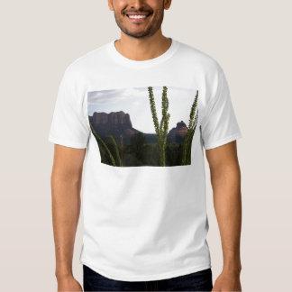 cactus sobre la roca de Bell Camisetas