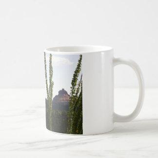 cactus sobre la roca de Bell Tazas De Café
