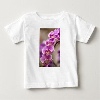 Cadena de flor de color rosa oscuro de la orquídea camiseta de bebé