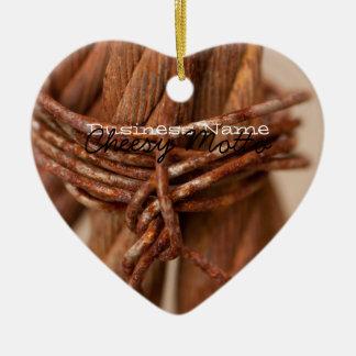 Cadena trenzada con el alambre aherrumbrado; adorno navideño de cerámica en forma de corazón