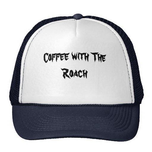 Café con el gorra del promo de la cucaracha